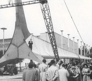 Iglica w pozycji poziomej podczas montażu przed Wystawą Ziem Odzyskanych (3 lipca 1948 roku)